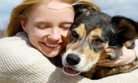 Σκύλος: Μήπως οι αγκαλιές σας τον στρεσάρουν;