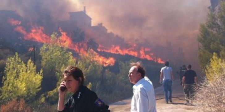 Nέος Βουτζάς: Η πυρκαγιά τίθεται σε έλεγχο
