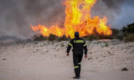 Πυρκαγιά στα Μέγαρα Αττικής: H Πυροσβεστική στον αγώνα κατάσβεσης της φωτιάς