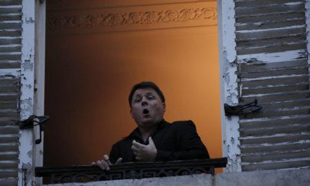 Παρίσι: Γάλλος τενόρος δίνει παράσταση στους περαστικούς από το παράθυρό του