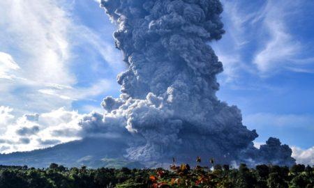 Έκρηξη ηφαιστείου στην Ινδονησία: Καπνοί και στάχτες στον ουρανό