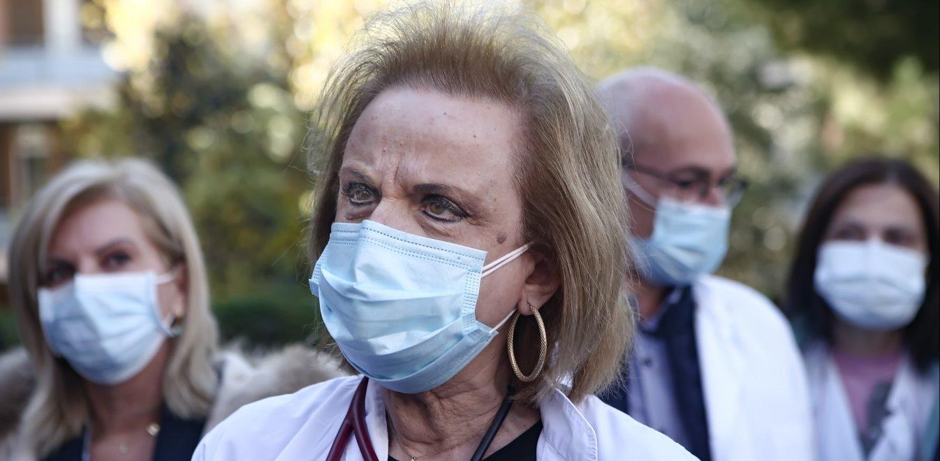 Παγώνη: «Στους χώρους με συνωστισμό, η διπλή μάσκα προσφέρει καλύτερη προστασία»