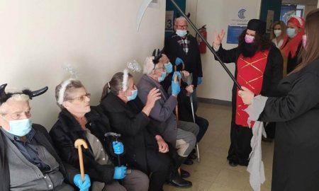 Κορονοϊός: Ηλικιωμένοι έφτασαν στο εμβολιαστικό κέντρο ντυμένοι αποκριάτικα!