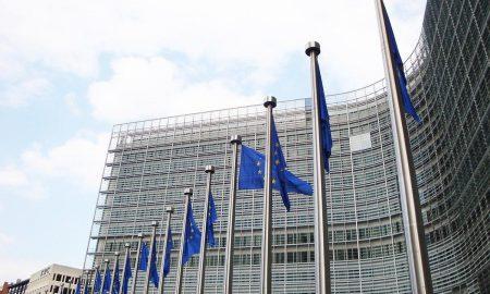 Απόφαση-βόμβα από την Ευρωπαϊκή Επιτροπή: Δεν ανανεώνει τα συμβόλαια εμβολίων με Astrazeneca και Johnson & Johnson