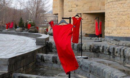 «Τα κόκκινα φορέματα»: Tο πρωτότυπο καλλιτεχνικό πρότζεκτ που τιμά τις δολοφονημένες γυναίκες